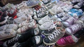 许多在销售中的运动鞋鞋子 HD 1920x1080 股票视频