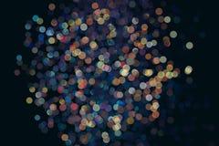 许多在黑暗的背景的五颜六色的bokeh 烟花不在焦点 免版税库存照片