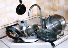 许多在水槽的肮脏的盘在厨房里 免版税库存图片