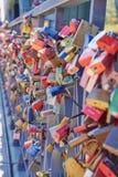 许多在` Eiserner Steg `桥梁的lovelocks在法兰克福市中心,德国 免版税图库摄影