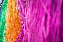 许多垂悬在竹酒吧的干燥秸杆席子的颜色 免版税库存图片