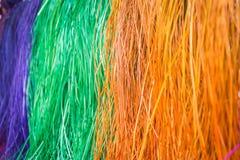 许多垂悬在竹酒吧的干燥秸杆席子的颜色 图库摄影