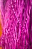 许多垂悬在竹酒吧的干燥秸杆席子的颜色 库存照片