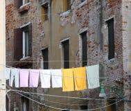 许多垂悬的衣裳和毛巾 免版税库存照片