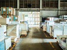 许多塑料封装纸在一个大仓库里 库存图片