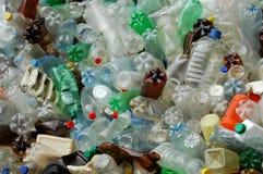 许多塑料瓶被投掷的室外近的水 库存图片