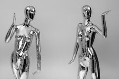 许多塑造衣裳的发光的母时装模特 金属manne 免版税库存图片