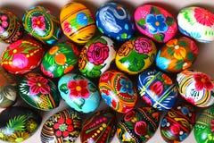 许多复活节彩蛋,不同的颜色,用不同的样式 免版税库存照片