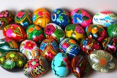 许多复活节彩蛋,不同的颜色 库存图片