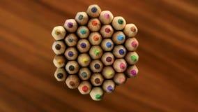 许多多彩多姿的铅笔移动在黑木背景的一个圈子 概念办公室或学校,知识天, 9月一日 股票视频