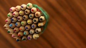 许多多彩多姿的铅笔移动在黑木背景的一个圈子 概念办公室或学校,知识天, 9月一日 股票录像