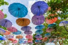 许多多把颜色伞有天空蔚蓝背景在公园装饰 免版税库存图片