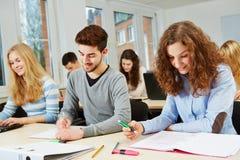 大学路线的学生 免版税库存照片