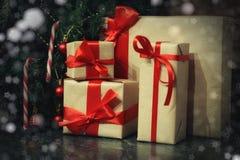 许多家庭圣诞节礼物 库存照片
