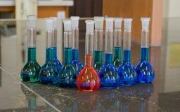 许多容量瓶 库存图片