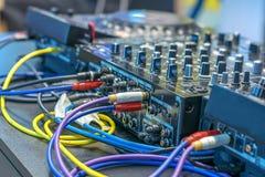 许多导线连接到amp服务器,用许多按钮 免版税库存图片