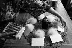 许多小女傧相和白色卡片的许多礼物 库存图片