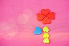 许多小心脏的一朵花在桃红色背景、顶视图和拷贝空间 库存图片