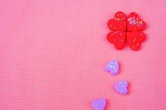 许多小心脏的一朵花在桃红色背景、顶视图和拷贝空间 免版税库存照片