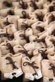 许多小棕色袋子织品 免版税库存图片