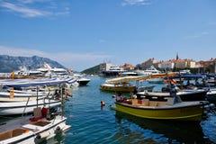 许多小消遣小船在Dubva港口,黑山 库存图片