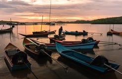 许多小渔船和美妙的日落,泰国 免版税库存照片