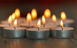 许多小灼烧的蜡烛 库存图片