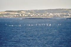许多小船在以城市为背景的海 免版税库存照片