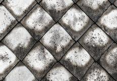 许多屋顶石头瓦片传统物质灰色的瓦片菱形几何样式风化了都市发霉的老的基地 库存照片