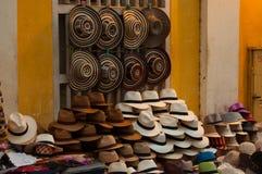 许多帽子在街道商店 库存图片
