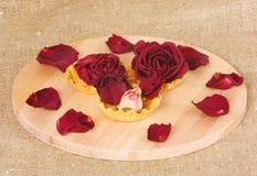 许多干燥玫瑰在一个木板的果子馅饼在 图库摄影