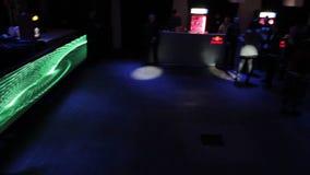 许多年轻人,享受音乐的妇女在迪斯科,跳舞在俱乐部 影视素材