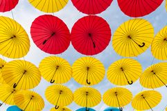 许多开放在天空伞给保证那 免版税库存照片