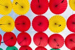 许多开放在天空伞给保证那 免版税库存图片