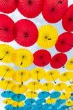 许多开放在天空伞给保证那 库存图片