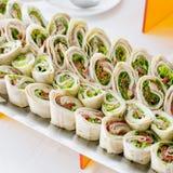 许多微型位规模三明治开胃菜板材  免版税库存照片