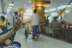 许多患者等待医生和护士 库存照片