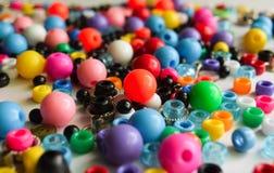 许多成串珠状许多在白色背景的颜色 库存照片