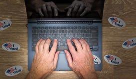 许多我投票了在黑客书桌上的贴纸  免版税库存图片