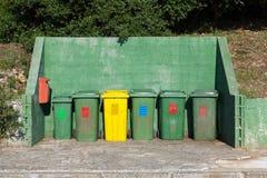 许多排队的垃圾桶 库存照片