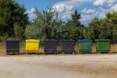 许多排队的垃圾桶 库存图片