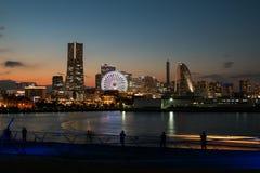 许多摄影师是在夺取cityscappe照明设备的日落的横滨口岸通过观看从乌山Bashi 免版税库存图片