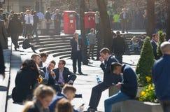 许多放松在公园的办公室人在伦敦市,伦敦 免版税库存图片