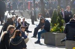 许多放松在公园的办公室人在伦敦市,伦敦 免版税图库摄影