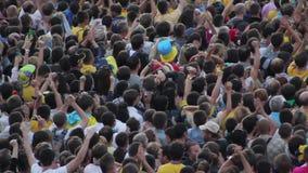 许多无法认出的人民观看的橄榄球 人群呼喊,举手 影视素材