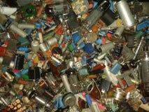 许多无线电组分电阻器,灯,卷,二极管,电容器,晶体管,卷,导线 免版税图库摄影