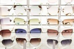 许多时尚太阳镜在商店待售 图库摄影