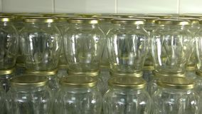 许多有盒盖的干净的玻璃瓶子 影视素材