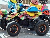 许多有盔甲的五颜六色的马达儿童车 库存照片