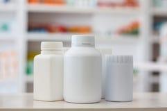 许多有药物迷离架子的医学瓶在药房的 库存图片